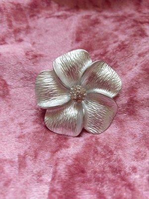 Wunderschöne Brosche, Silberblüte, mit kleinen Strasssteinen in der Mitte!