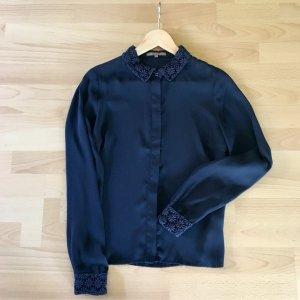 Wunderschöne dunkelblaue Bluse von Mint & Berry mit Stickkragen