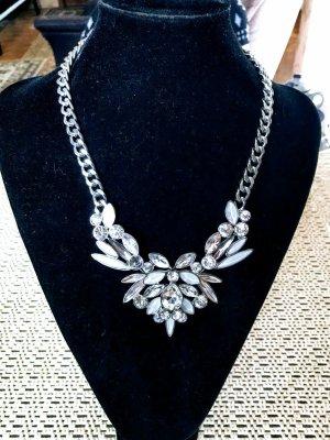 Wunderschöne Halskette funkelt wie ein Eiskristall