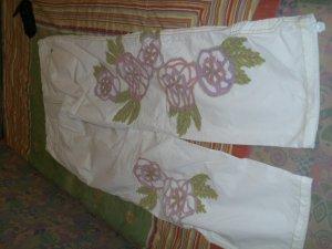 Wunderschöne Hosen, mit Blumen bestickt