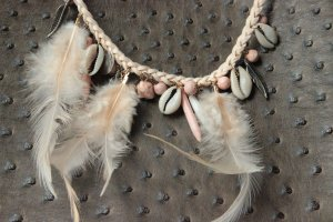 Collier de coquillages rose clair