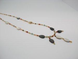 Wunderschöne Kette mit Perlmuttblättern und Jade