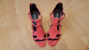 Wunderschöne lachsfarbene sommerliche Schuhe