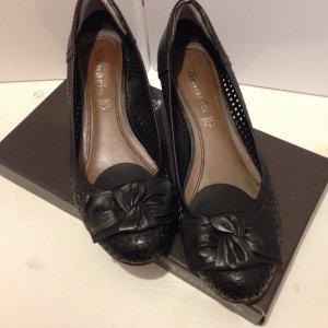 Wunderschöne Schuhe schwarz mit Lochmuster und Schleife, Keilabsatz