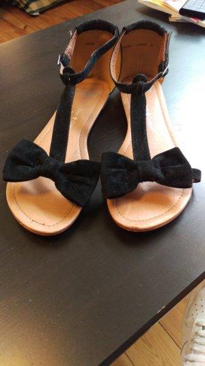 Wunderschöne, sehr angenehm zu tragende flache Sandaletten mit Schleifchen vorne