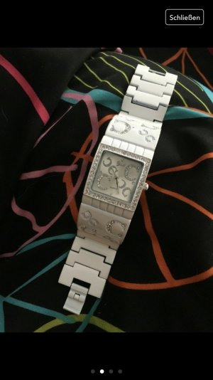 Wunderschoene weisse Uhr mit Gebrauchsspuren