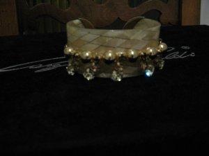Wunderschöner Designer-Armband aus Perlmutt mit honiggelben, hellgrünen Kristallen - und goldener Verzierung