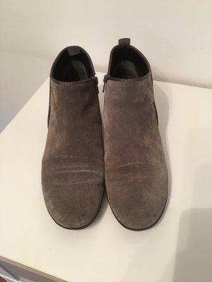 Wunderschöner grauer Schuh