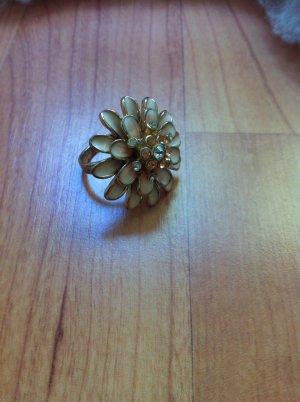 Wunderschöner Ring in Blütenform