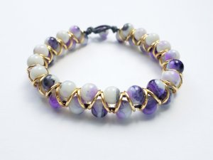 wunderschönes Armband mit lila-weiß marmorierten Perlen und goldfarbenen Zwischenelementen