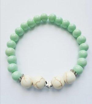 wunderschönes Armband mit pastellfarbenen Perlen und silberfarbenem Sternchen