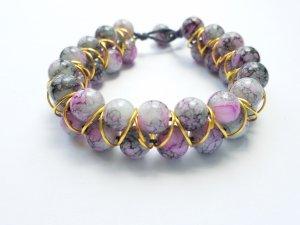 wunderschönes Armband mit rosa-grau-weiß marmorierten Perlen und goldfarbenen Zwischenelementen