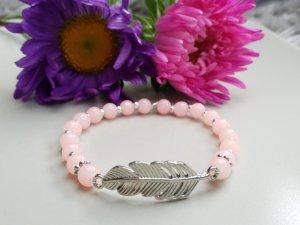 Wunderschönes Armband mit roseapricotfarbenen & silberfarbenen Perlen und Feder