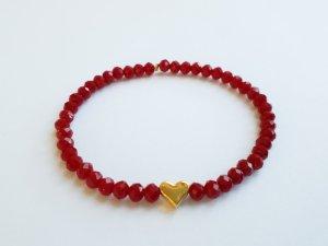 wunderschönes Armband mit roten Perlen und goldfarbenem Herz