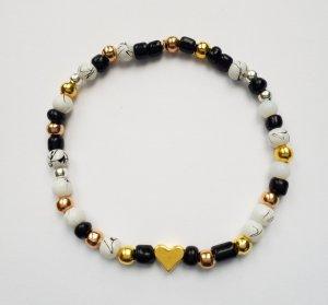 wunderschönes Armband mit schwarzen, weißen, gold-, rosegold- und silberfarbenen Perlen und goldenem Herz