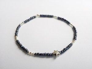wunderschönes Armband mit silberfarbenen, grauen Perlen und Sternanhänger