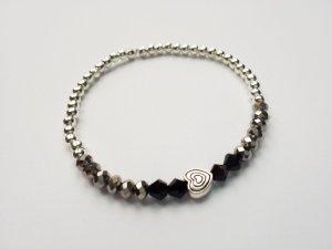 wunderschönes Armband mit silberfarbenen, grauen und schwarzen Perlen mit silberfarbenem Herz