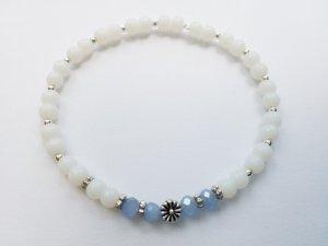 wunderschönes Armband mit weißen, hellblauen und silberfarbenen Perlen sowie silberfarbener Blume