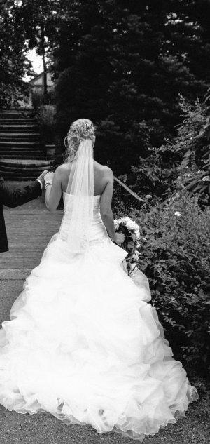 Wunderschönes Brautkleid in weiß mit Reifrock und Schleier
