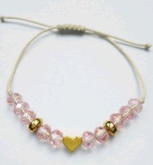 wunderschönes cremefarbenes Makrameearmband mit rosa- und goldfarbenen Perlen mit Herz