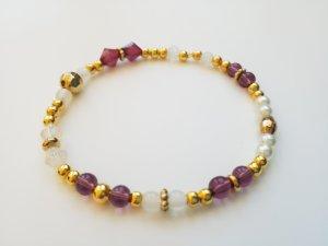 wunderschönes elastisches Armband mit goldfarbenen, weißen und lilafarbenen Perlen