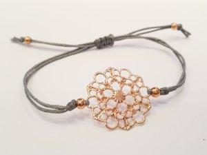 Wunderschönes  filigranes Armband mit rosegoldfarbener Blume und Perlen
