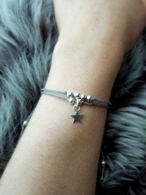 wunderschönes graues doppeltes Armband mit silberfarbenen Perlen und silberfarbenem Stern