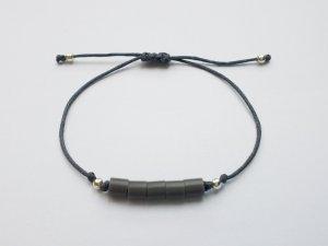 wunderschönes graues Makrameearmband mit silberfarbenen und grauen Perlen