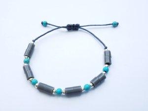 wunderschönes graues Makrameearmband mit silberfarbenen und türkisfarbenen Perlen
