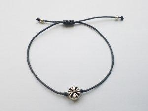 wunderschönes graues Makrameearmband mit silberfarbener Blume