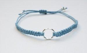 Wunderschönes hellblau Makrameearmband mit silberfarbenem Ring
