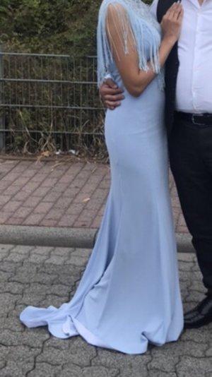 Wunderschönes hellblaues Kleid mit Schleppe