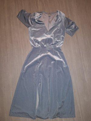 Wunderschönes hellblaues Samtkleid von H&M.