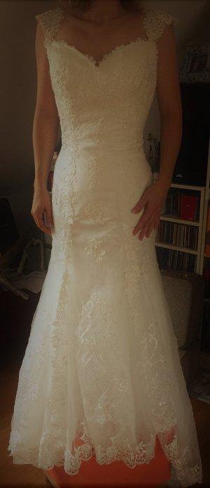 wunderschönes Hochzeitskleid mit Spitze und kleiner Schleppe