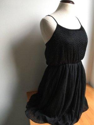 Wunderschönes kleines schwarzes Kleid mit Pailletten und Plisseerock in Gr S von ASOS