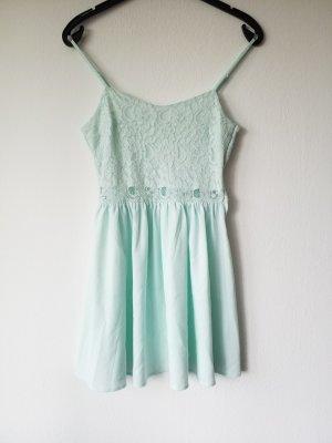 wunderschönes kurzes mintfarbenes Sommerkleid spitzenbesetzt.