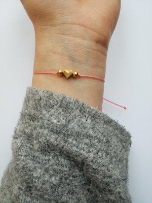 wunderschönes lachsfarbenes Makramee Armband mit goldenem Herz
