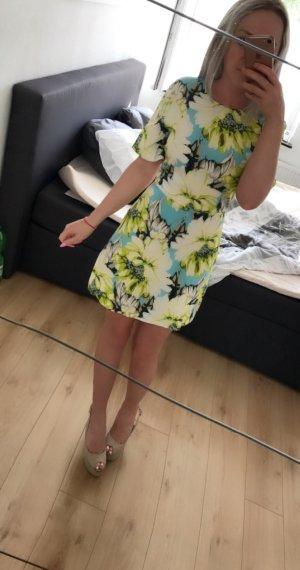 Wunderschönes neues Kleidchen