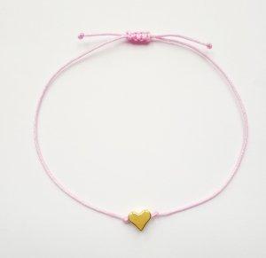 wunderschönes rosafarbenes Makrameearmband mit goldfarbenem Herz