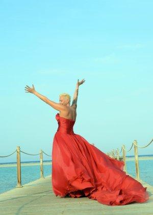 wunderschönes rotes Brautkleid