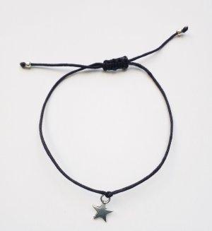 Wunderschönes schwarzes Armband mit silberfarbenem Sternanhänger und Makrameeverschluss