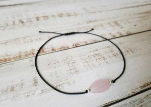 wunderschönes schwarzes Makramee Armband mit silbernen Perlen und rosanem Stein. Größenverstellbar und NEU!