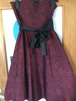Wunderschönes weinrotes Kleid mit schwarzem Muster und Unterrock