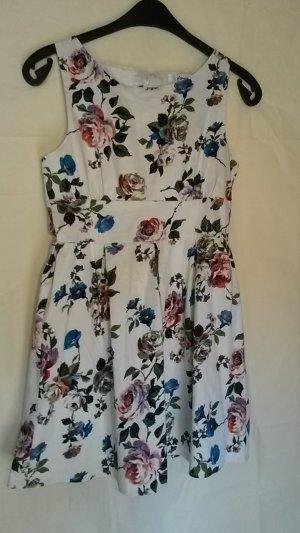 Wunderschönes weißes Kleid mit Blütenmuster und Rückenausschnitt