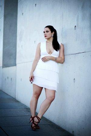 Wunderschönes weißes Kleid mit tiefem Dekolleté