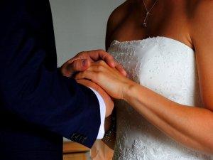 Wundervoll schwingendes Brautkleid mit Blumenspitze