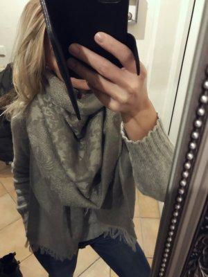 Sciarpa lavorata a maglia grigio