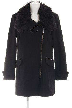 Zara Basic Abrigo corto negro look casual