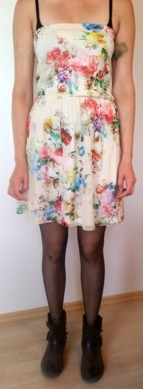 Zara florales Minikleid in Gr. M schmal geschnitten