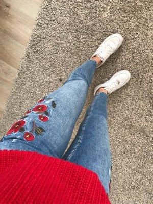 Zara Jeans mit Blumenapplikation